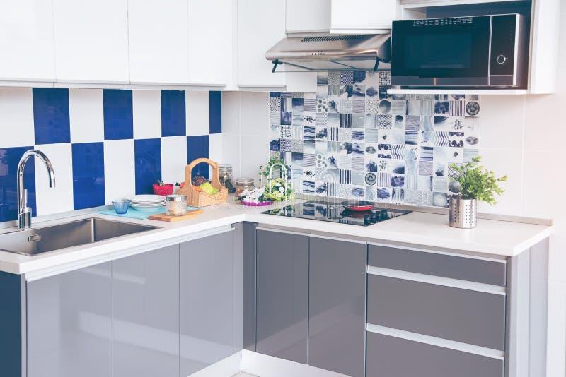 电火炉 煎锅在一个现代电火炉,黑归纳火炉,烹饪器材被安置 免版税库存照片