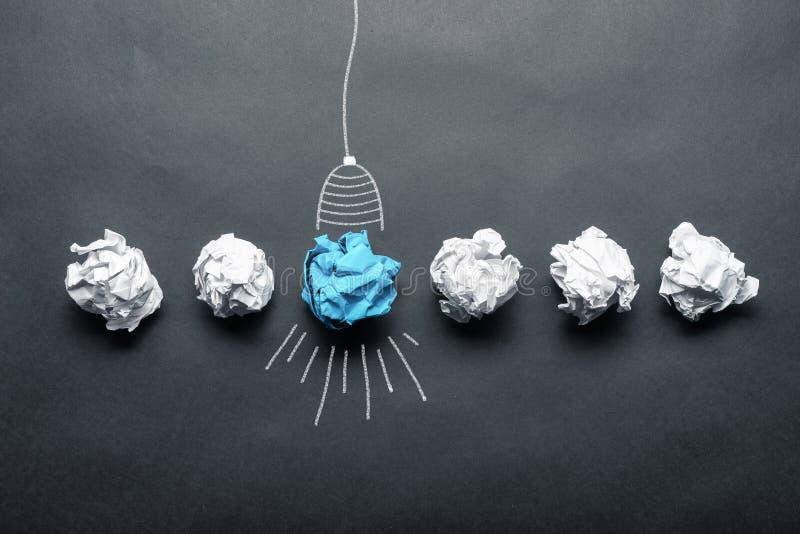 电灯泡与压皱纸球的略图 库存图片