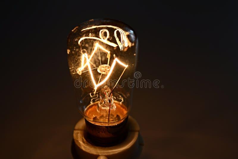 Download 电灯泡发光的光 库存照片. 图片 包括有 玻璃状, 白炽, 特写镜头, 焕发, 发光, 照亮, 关闭, 温暖 - 72370734
