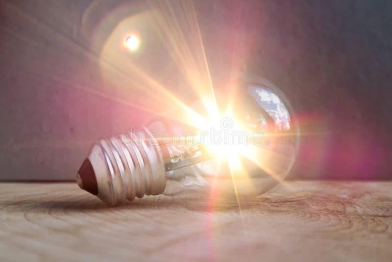 电灯泡发光的光 图库摄影