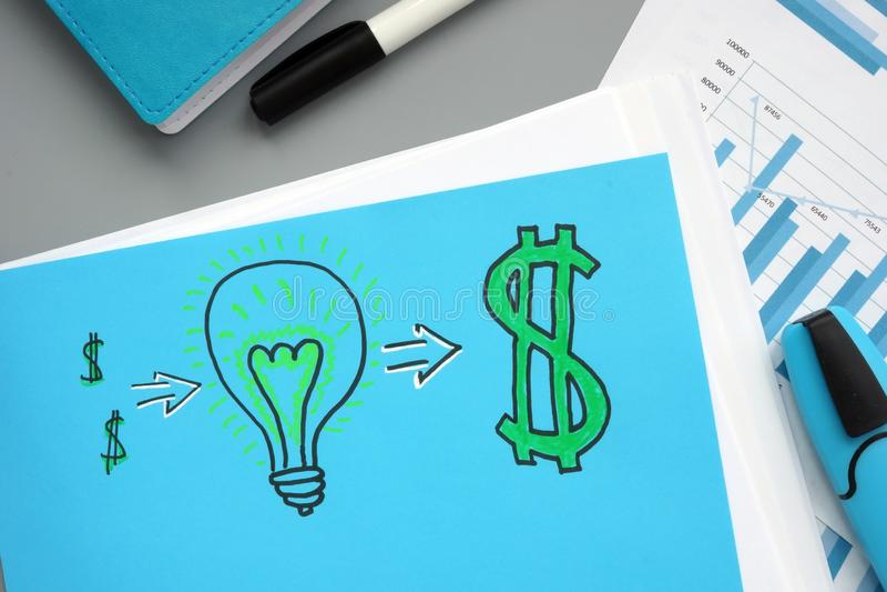 电灯泡和美元的标志 成功的事务开始  免版税库存照片