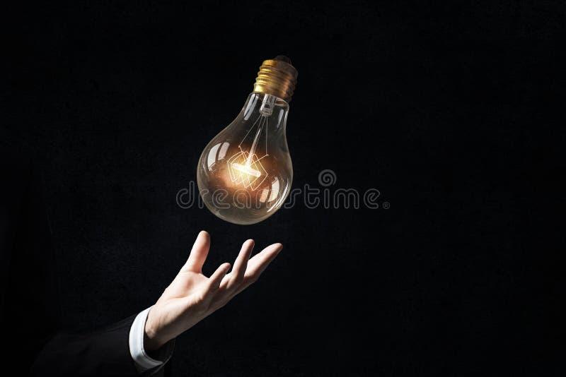 Download 电灯泡在手中 库存图片. 图片 包括有 发明, 嵌齿轮, 协作, 照亮, 齿轮, 技术, 引擎, 建设性 - 59105379