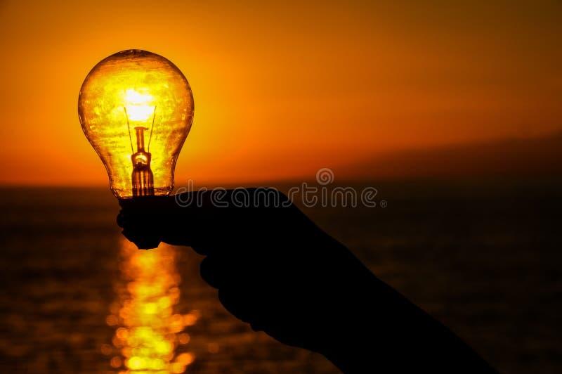 电灯泡概念能源光飞溅水 库存图片