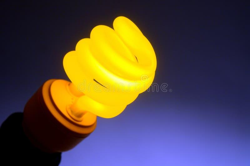 电灯泡紧凑萤光淡黄色 免版税库存照片