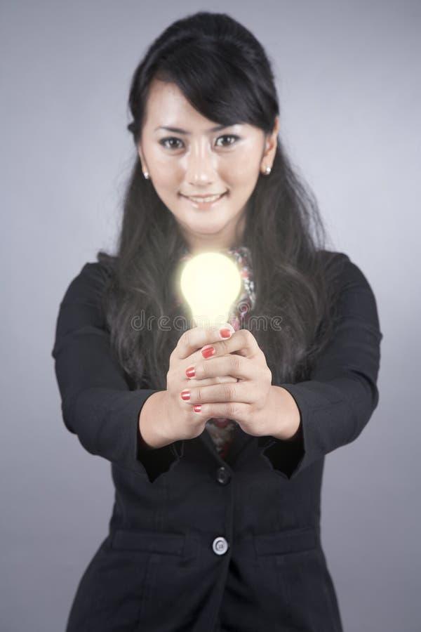 电灯泡聪明女实业家的光 库存图片
