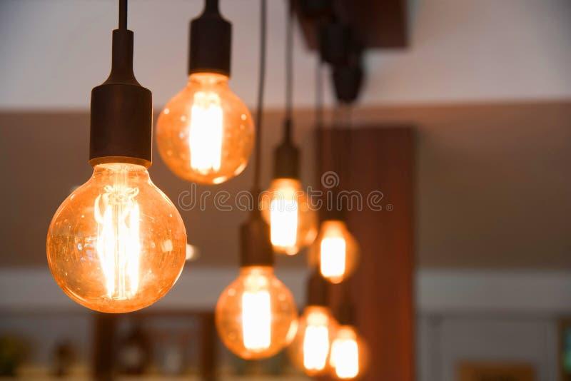电灯泡装饰在咖啡馆 免版税库存图片