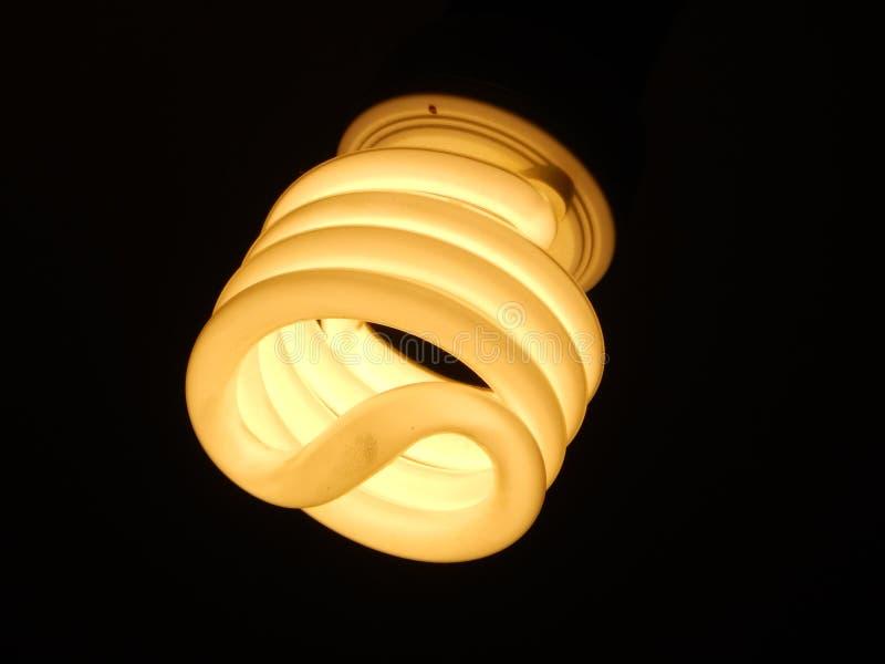 电灯泡通电在黑暗中 免版税图库摄影