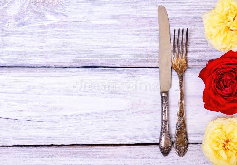电烙利器叉子和刀子在一张白色木桌上 免版税图库摄影