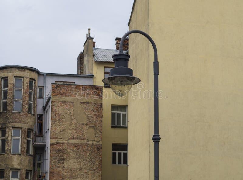 电烙在工业老破裂的房子背景的街灯 库存图片