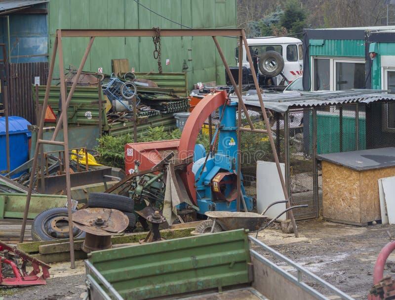 电烙垃圾场与五颜六色的老生锈的金属工具的小块堆 免版税库存照片