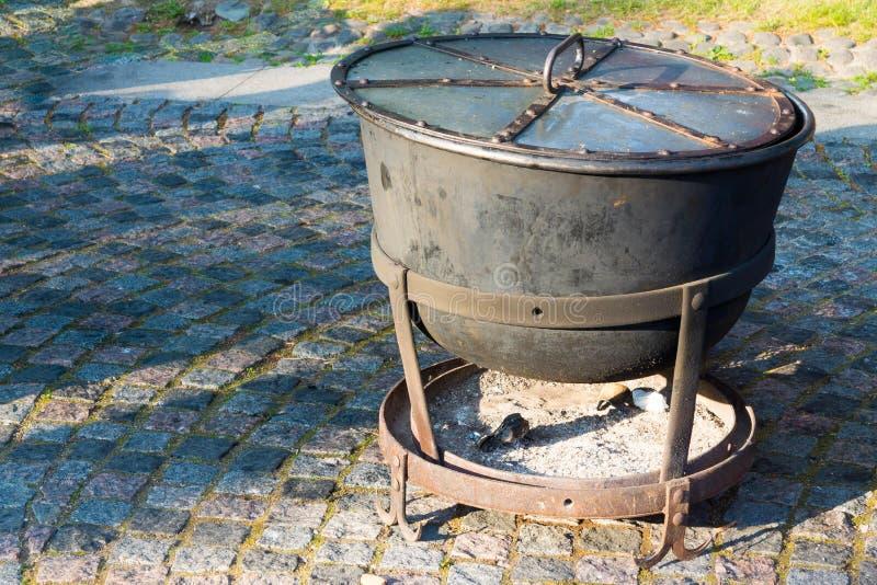 电烙有火房间的大锅烹调的 库存图片
