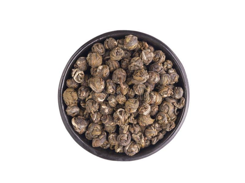 电烙碗用在白色查出的中国干绿茶 库存图片