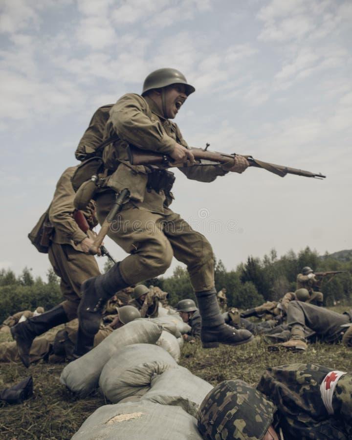 电烫,俄罗斯- 2016年7月30日:二战,夏天的历史再制定1942年 Sovi 免版税库存照片