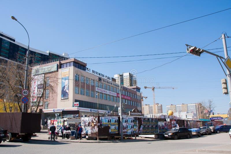 电烫,俄罗斯- 4月30 2016年:办公楼和金属篱芭 库存图片