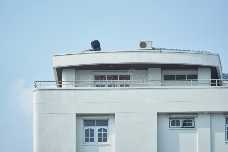 电的老牌家太阳能电池在大厦屋顶  库存照片