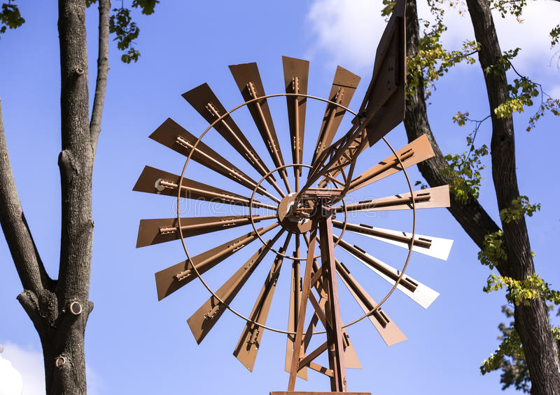 电的老风车 库存图片