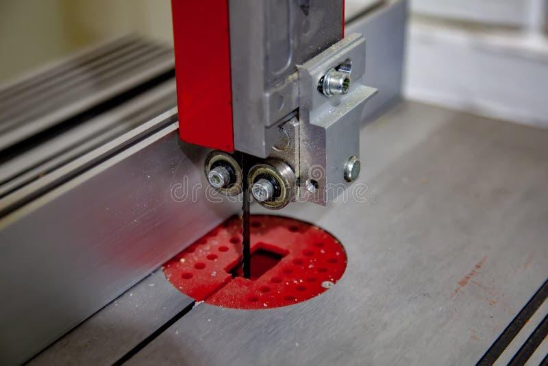电竖锯锯在车间特写镜头的 免版税图库摄影