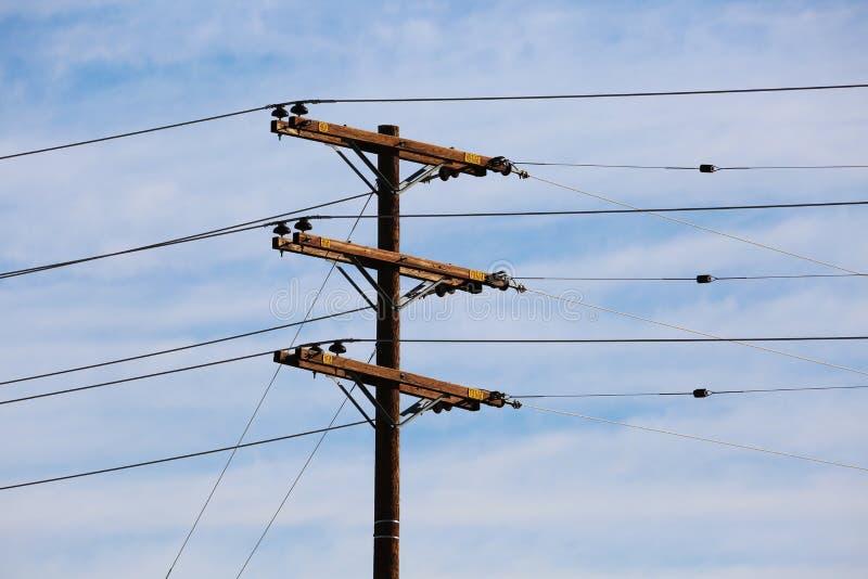 电线和变压器电线杆 免版税库存图片