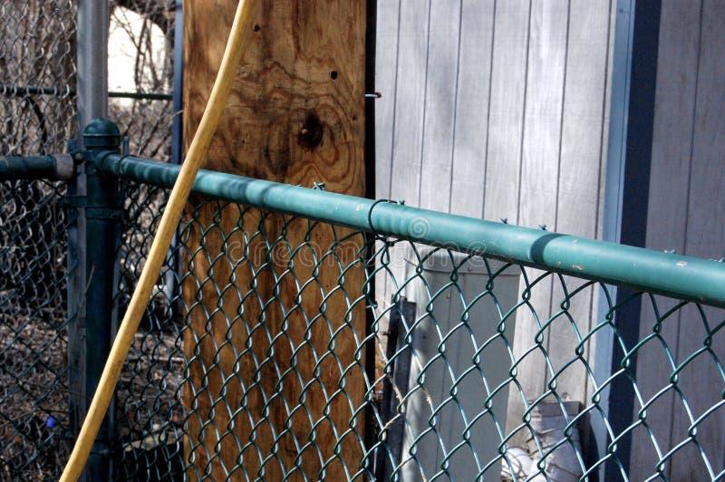 电线杆、篱芭和设备在后院 免版税库存图片