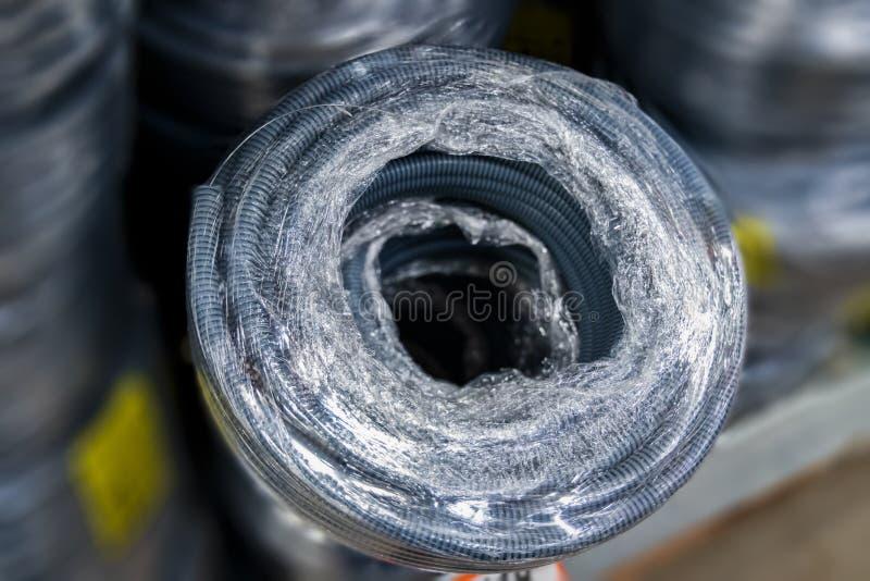 电线的蓝色防护柔软管-电缆管 免版税库存照片