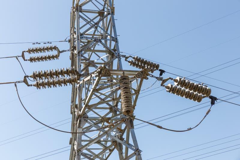 电绝缘体细节从一座高压力量定向塔的 库存图片