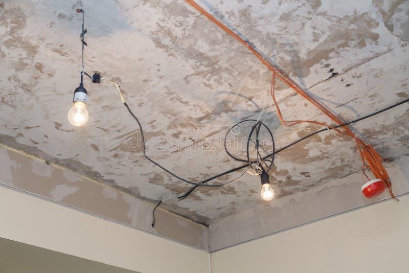 电缆,电灯泡,烟检测器,在安装舒展前的手动火警系统设施和修理或暂停 图库摄影