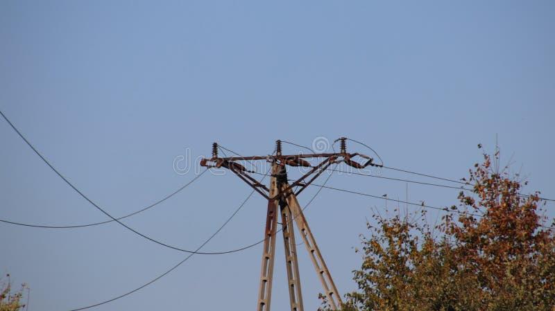 电网络技术看法在蓝天的 铁建筑 晴朗的日 免版税库存照片