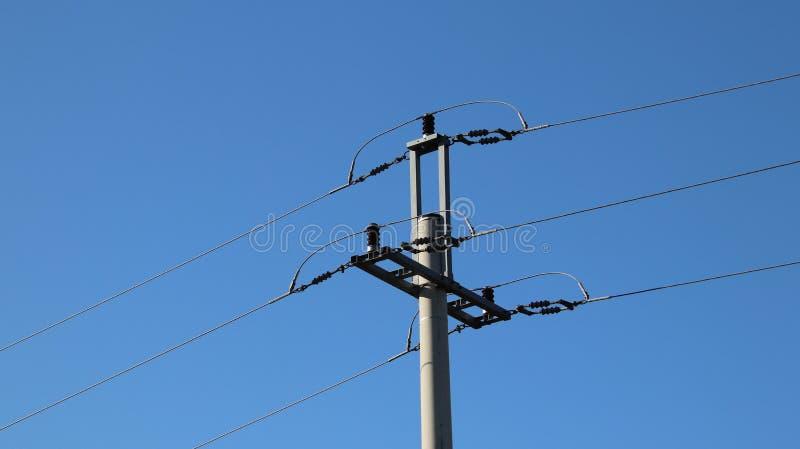电网络 力量生态  技术杆 蓝天的铁建筑 战略资源 学校讲解  斯特拉 库存照片