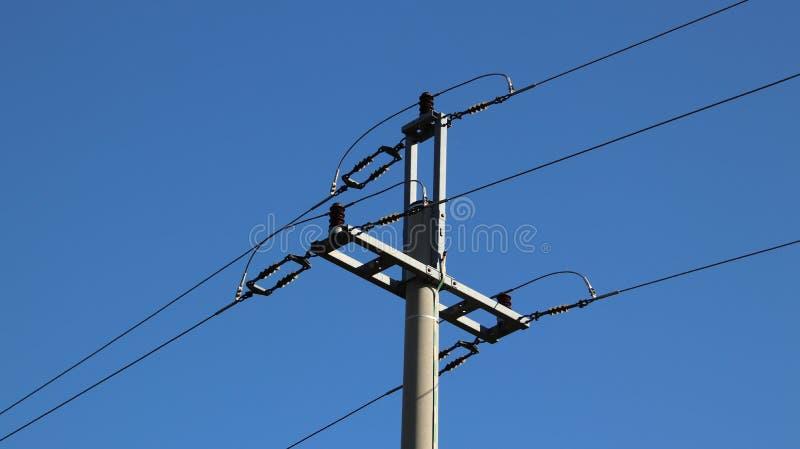 电网络 力量生态  技术杆 蓝天的铁建筑 战略资源 学校讲解  免版税库存照片