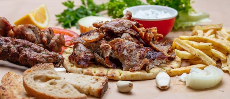 电罗经皮塔饼,Shawarma 传统希腊语、土耳其肉食物在皮塔饼面包和tzatziki,横幅 免版税图库摄影