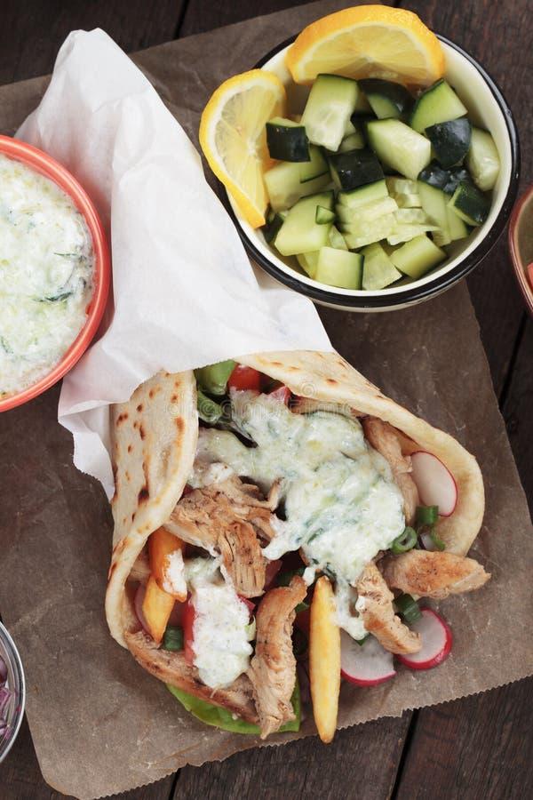 电罗经,希腊皮塔饼面包被包裹的三明治 免版税库存照片