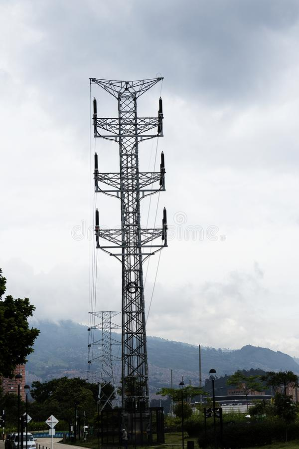 电能杆在白色天空的大功率缆绳 库存照片