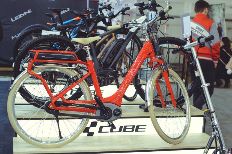 电自行车现代技术和环境保护在城市销售的街道上 免版税库存图片