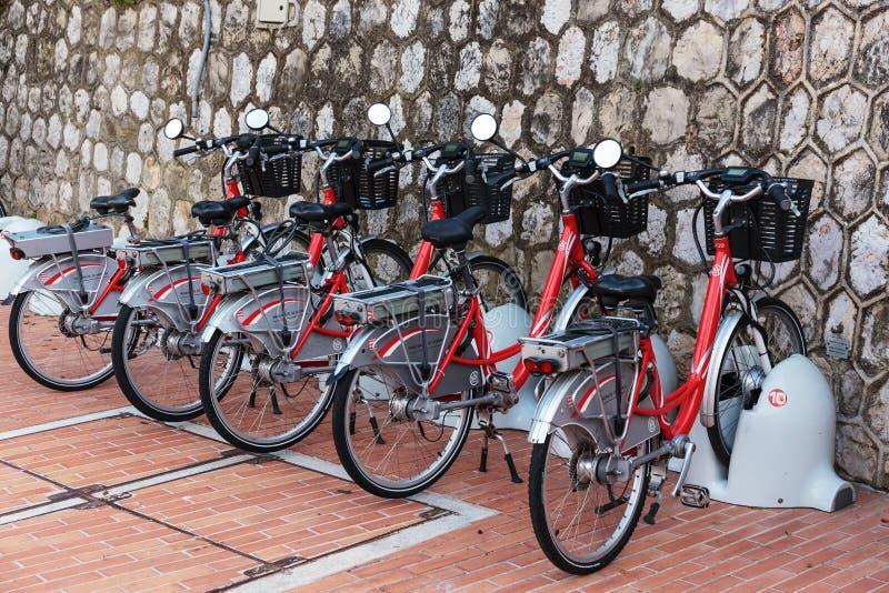 电自行车行在停车场的 库存照片