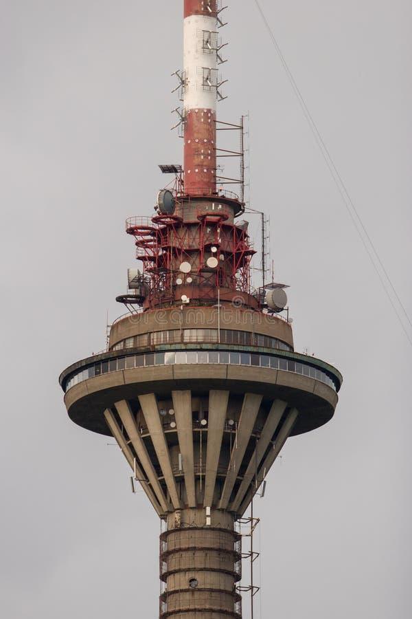 电视塔在反对灰色天空的塔林特写镜头城市 免版税库存照片