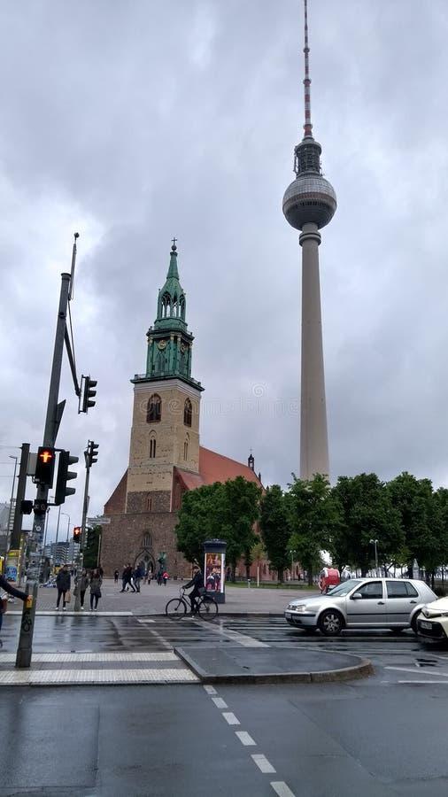 电视塔在循环在街市柏林的柏林雨天 免版税库存图片