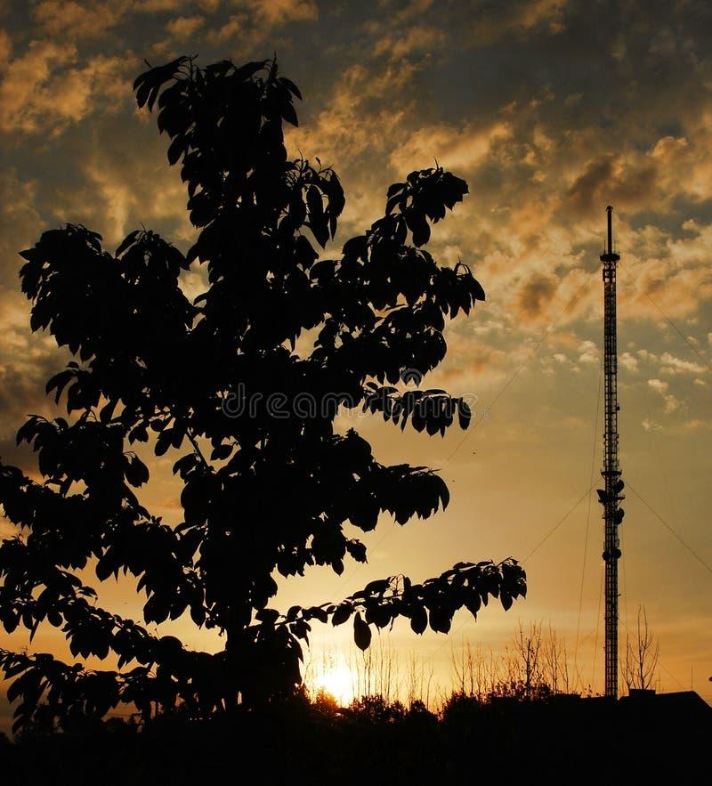电视塔在日落的viesintos镇.通信收音机.