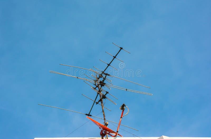 电视天线和卫星盘 免版税库存图片