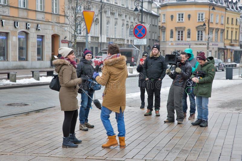 电视工作人员在华沙,波兰采访一个未知的名人 免版税图库摄影