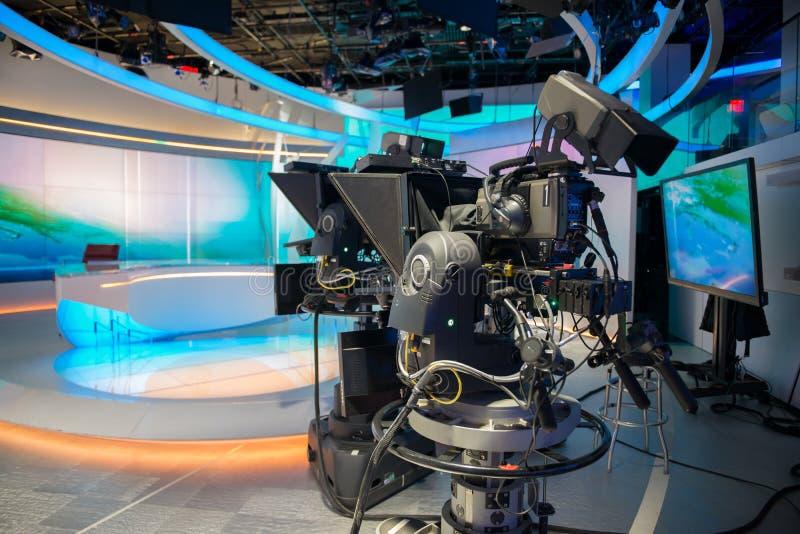 电视快讯有照相机和光的塑象演播室 免版税库存照片