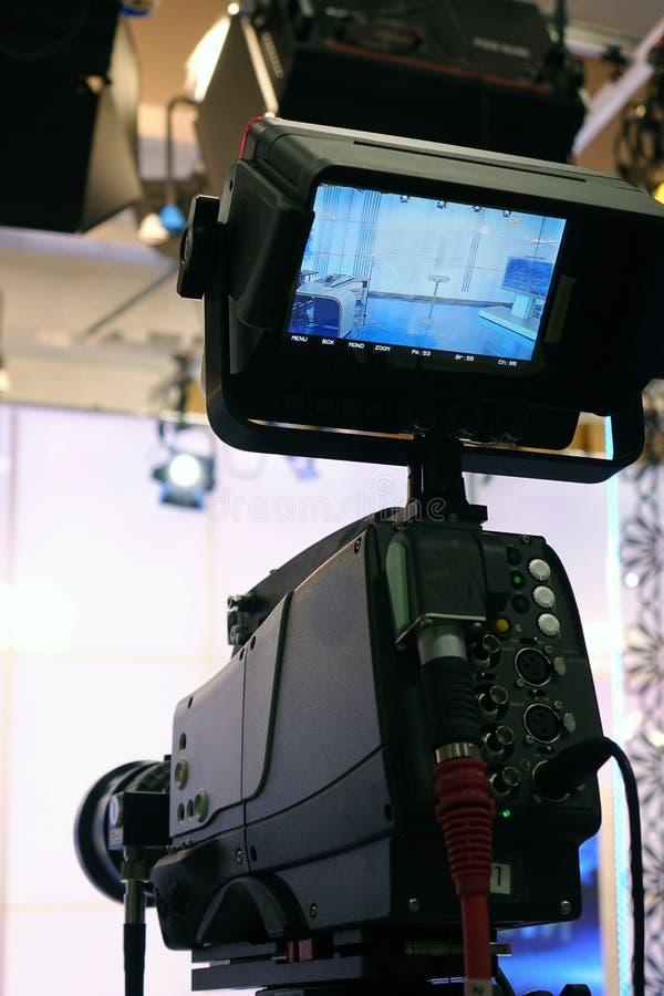 电视摄象机 录影照相机录音展示在照相机的电视演播室焦点 库存图片