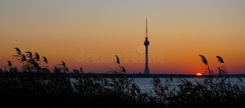 电视播送在日落泰基尔吉奥尔埃福列康斯坦察罗马尼亚的塔剪影 图库摄影