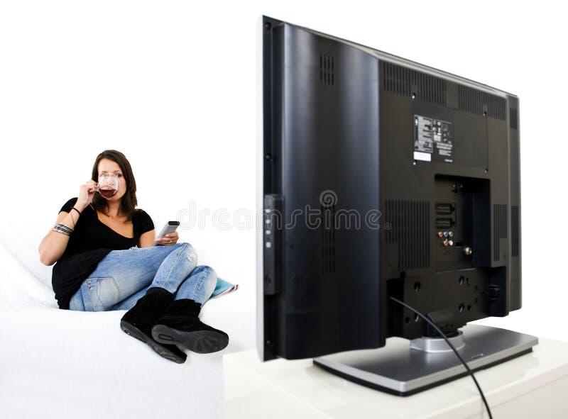 电视注意的妇女 免版税库存照片