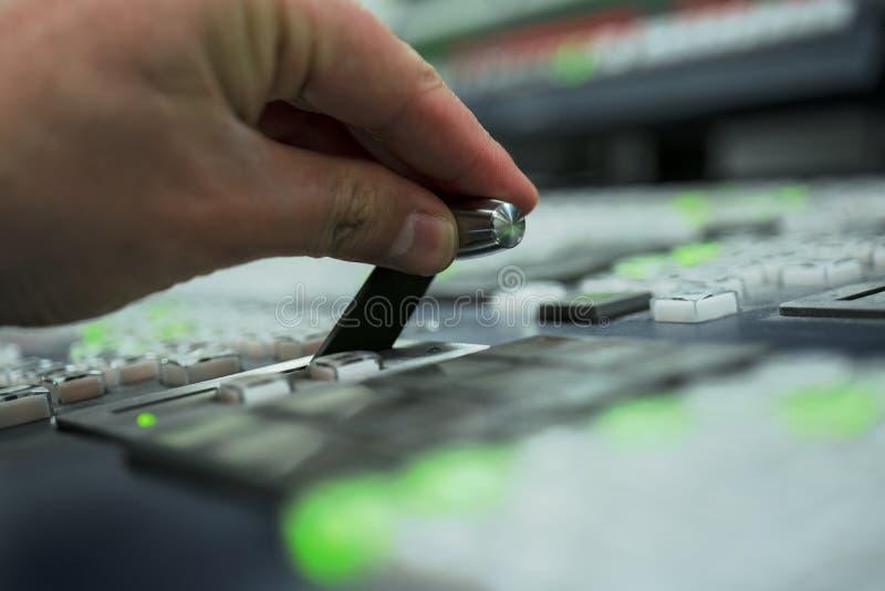 电视生产调转工在控制室 免版税库存照片