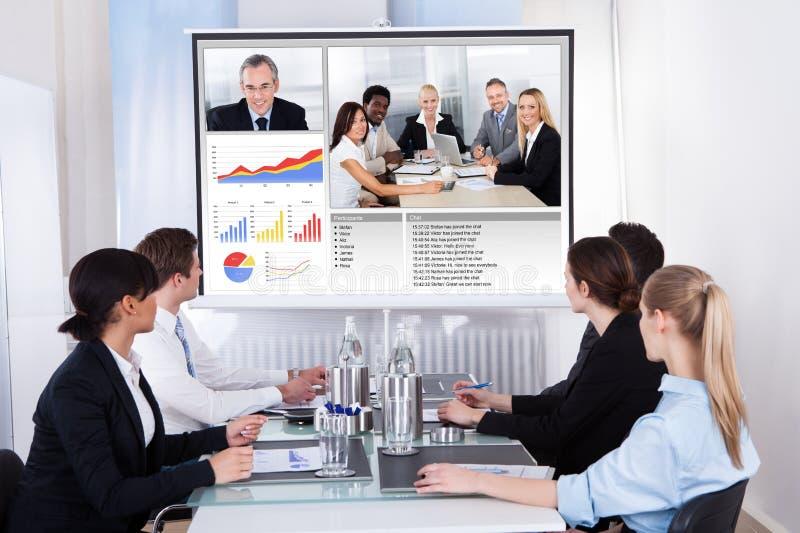 电视电话会议的买卖人在业务会议上 免版税库存照片
