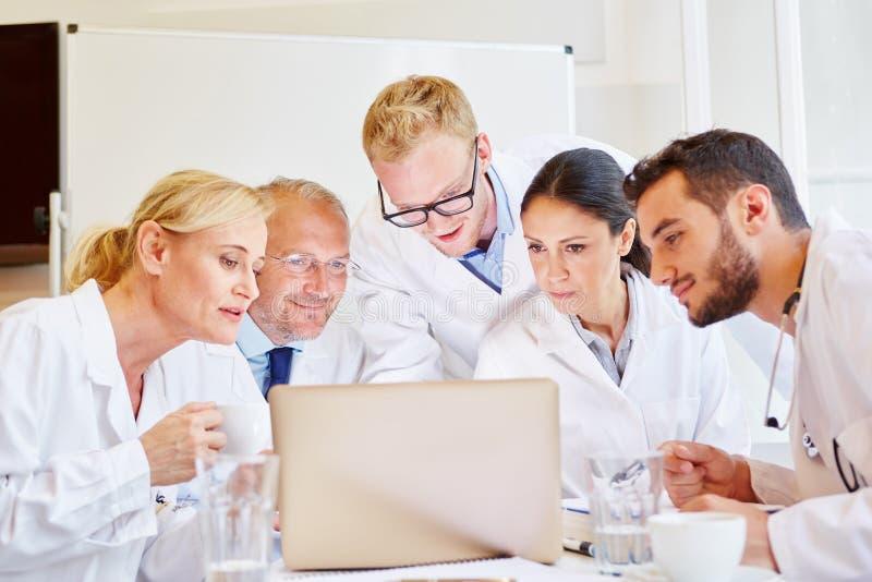 电视电话会议的医生与同事 免版税库存照片