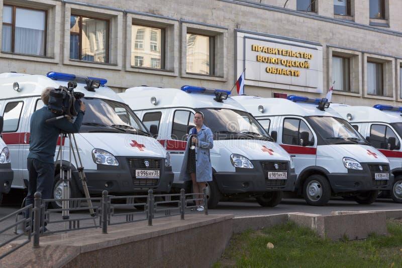 电视记者在政府大厦附近射击在汽车急救诊所沃洛格达州和Cherepovets调动的报告文学  库存图片