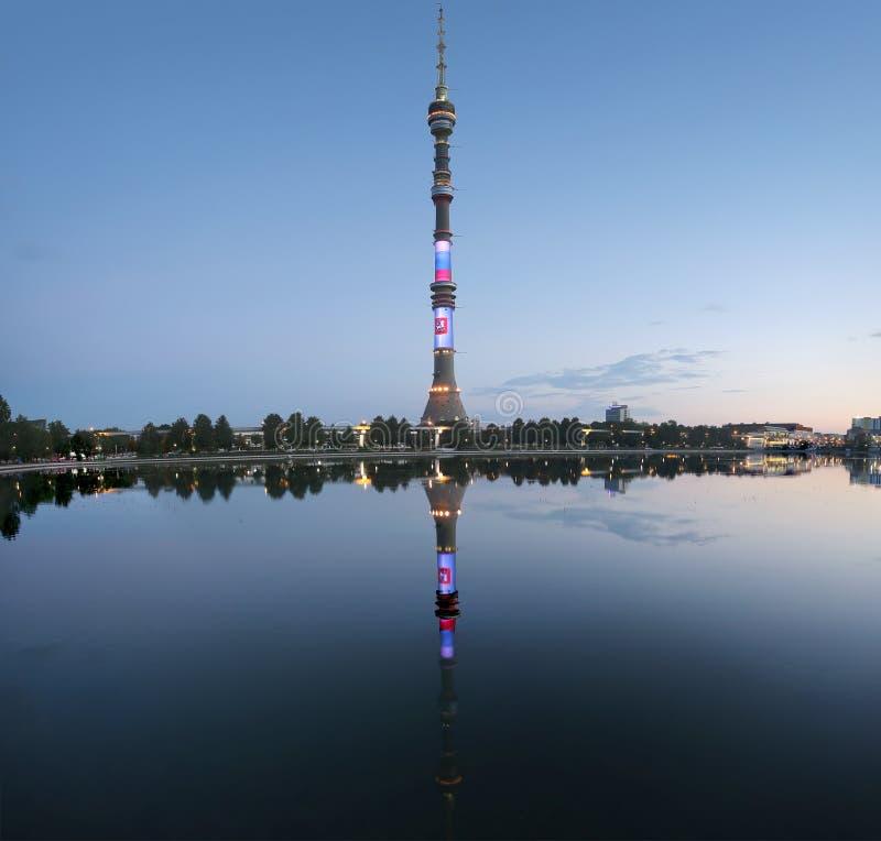 电视& x28; Ostankino& x29;塔在晚上,莫斯科,俄罗斯 库存照片