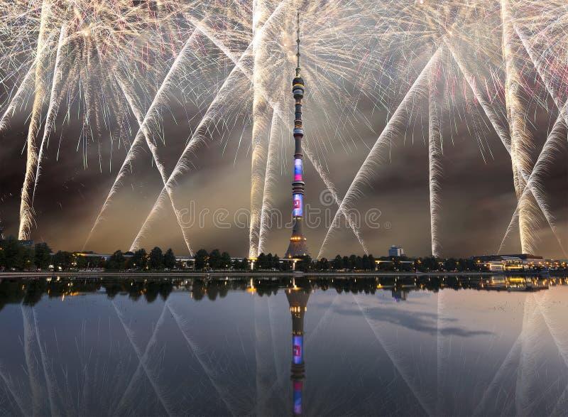 电视& x28; Ostankino& x29;耸立在夜和假日烟花,莫斯科,俄罗斯 库存图片