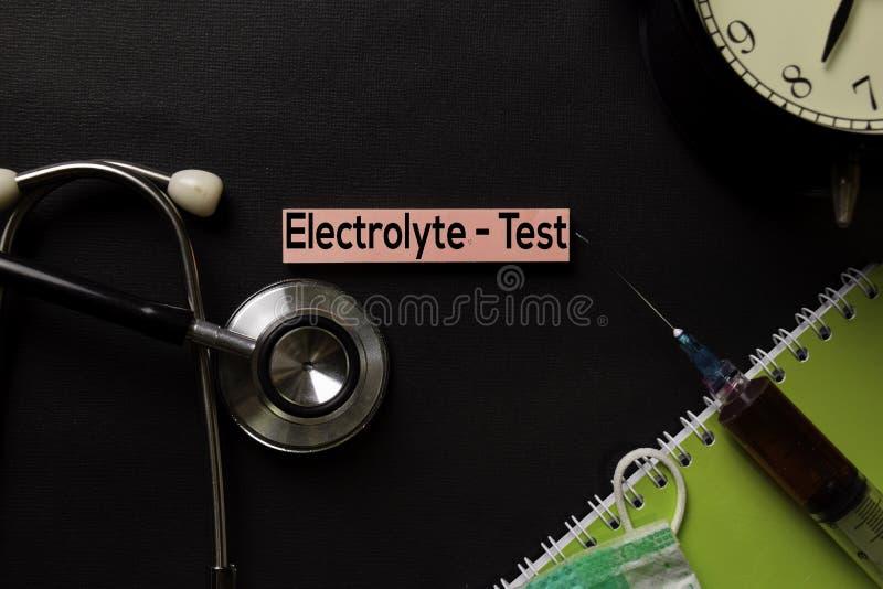 电解质-在顶视图黑色桌上的测试正文与血样和医疗保健/医疗概念 免版税图库摄影